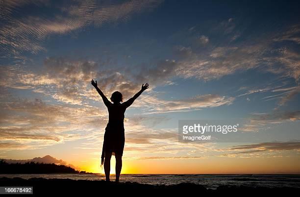 Mujer levantamiento de manos hacia el cielo de culto