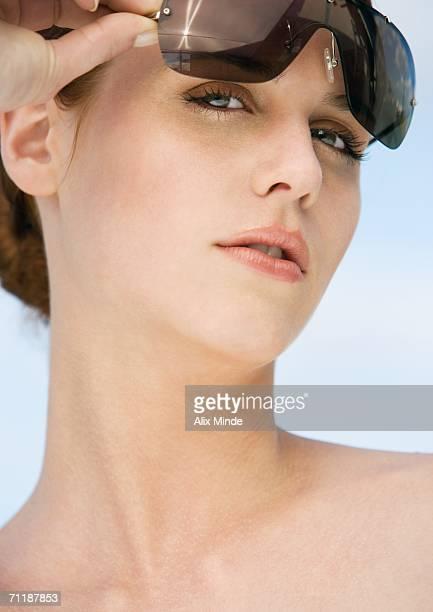 woman lifting sunglasses - fotografia de três quartos imagens e fotografias de stock