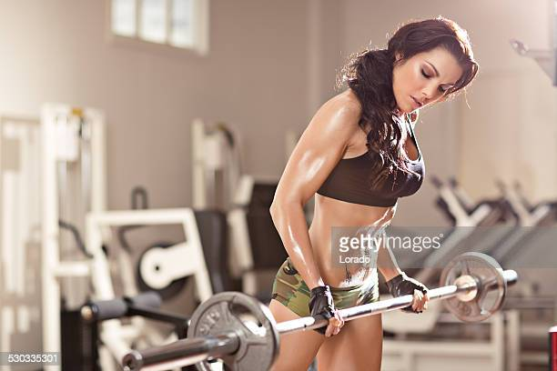 woman lifting the weight in gym
