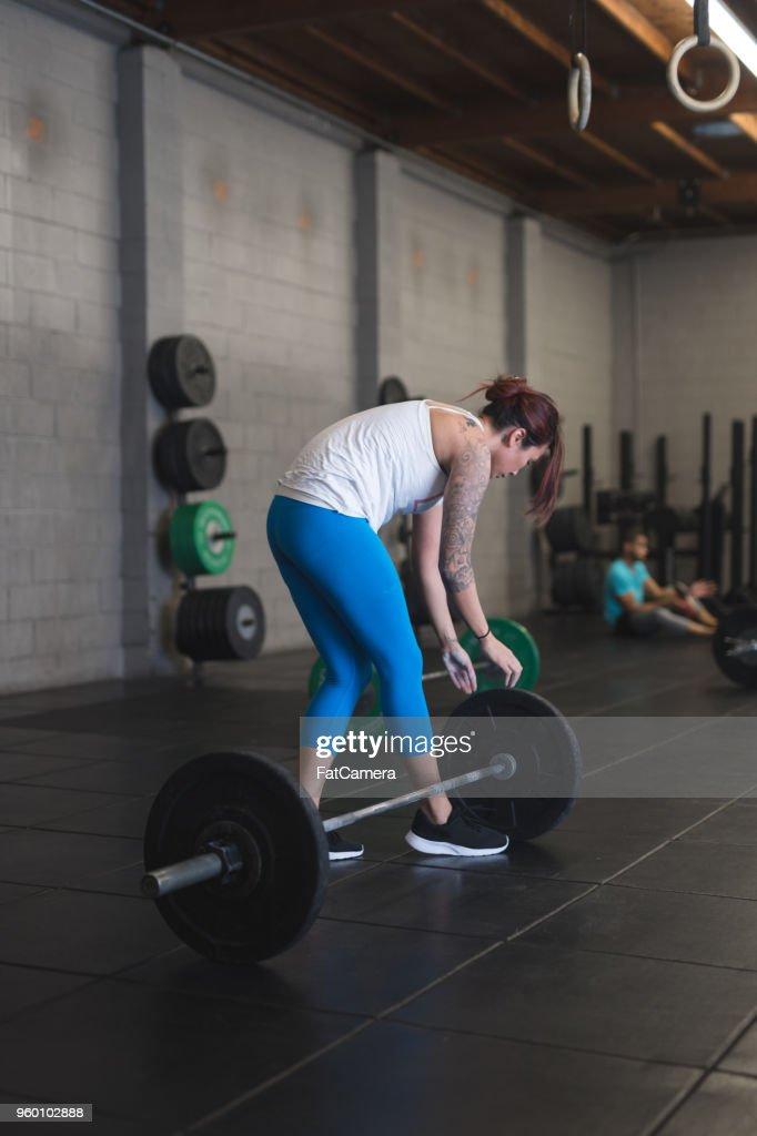 Frau heben Sie Gewichte im Fitness : Stock-Foto