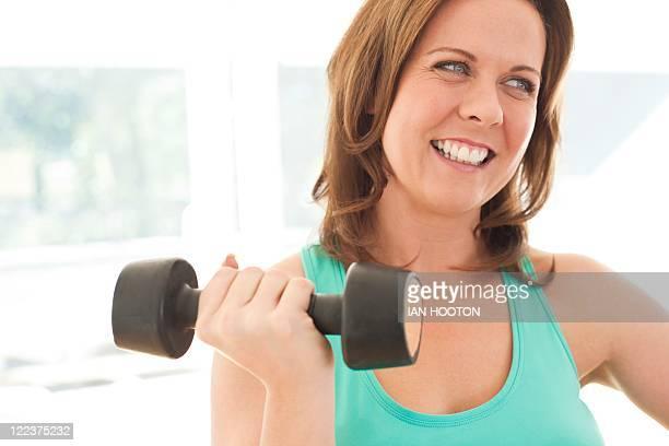 woman lifting weights - mid section - fotografias e filmes do acervo