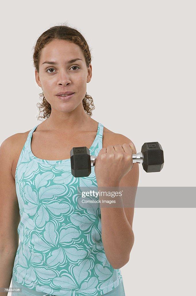 Woman lifting weights : Stockfoto