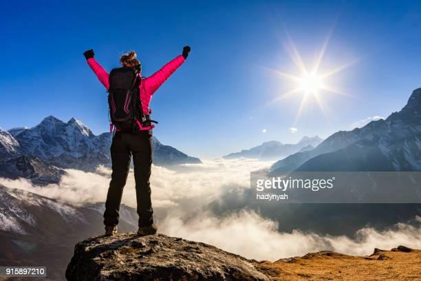 女性彼女の腕のエレベーターでビクトリーは、エベレスト山国立公園