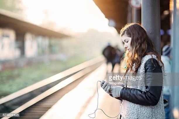 Frau, die Musik anhören, während Sie mit dem Zug