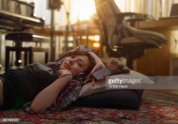 woman listening to music on her phone. - music stock pictures, royalty-free photos & images