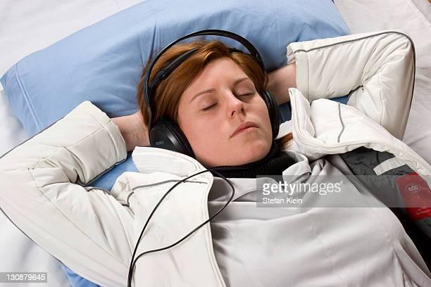woman listening to music - klein bildbanksfoton och bilder
