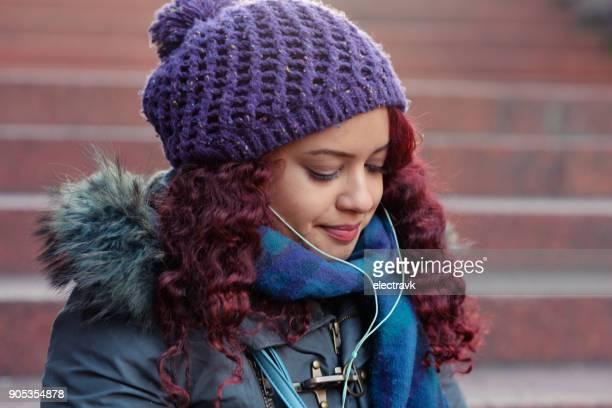 mulher ouvir música - cabelo pintado de vermelho - fotografias e filmes do acervo