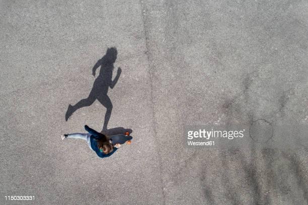 woman longboarding, top view - patinação esporte - fotografias e filmes do acervo