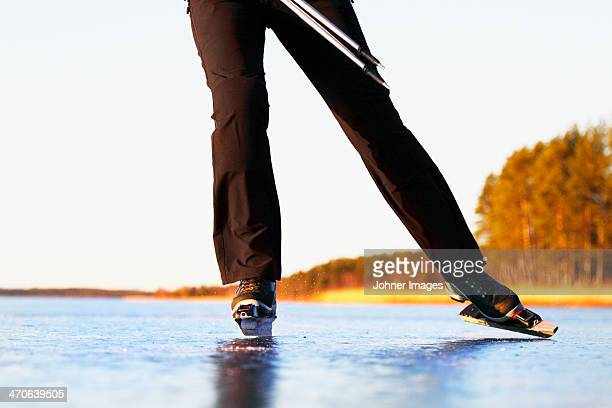 woman long-distance skating, low section - schaats ijs stockfoto's en -beelden