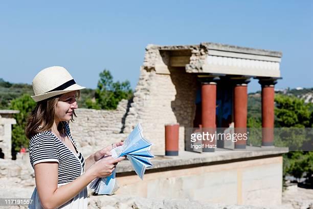 mujer mirando y sostiene un mapa en frente del templo - ruina antigua fotografías e imágenes de stock