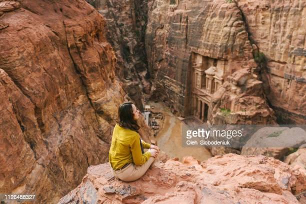 ペトラのアル khazneh 見て女性 - ヨルダン ストックフォトと画像