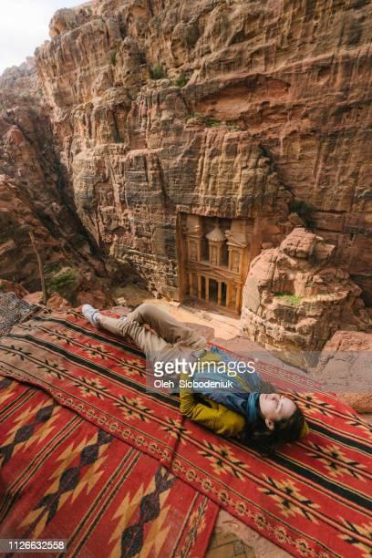 mulher olhando para al-khazneh em petra - civilização milenar - fotografias e filmes do acervo