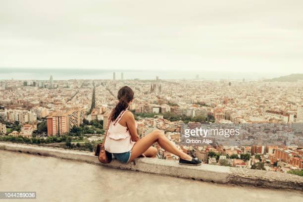 mujer en barcelona - barcelona españa fotografías e imágenes de stock
