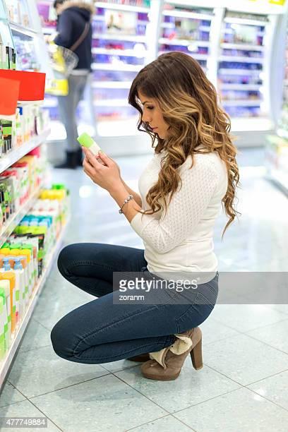 Frau suchen im Schönheits-Produkte im store