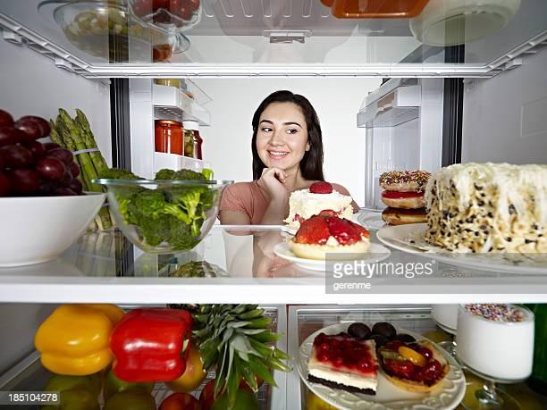 Mujer mirando al pastel