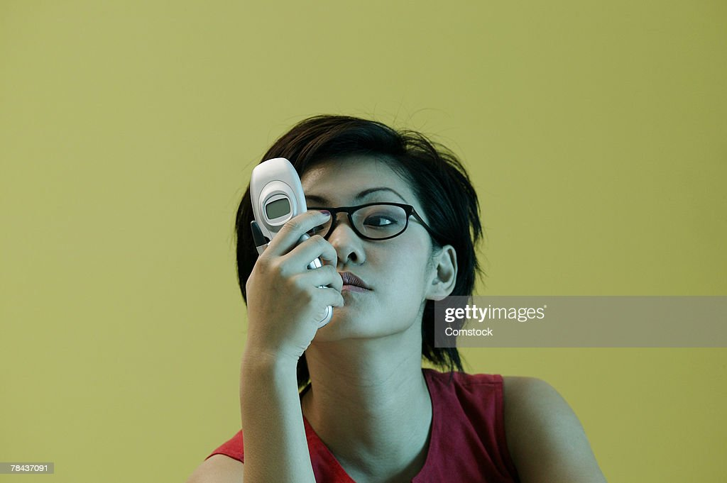 Woman looking at cell phone : Stockfoto