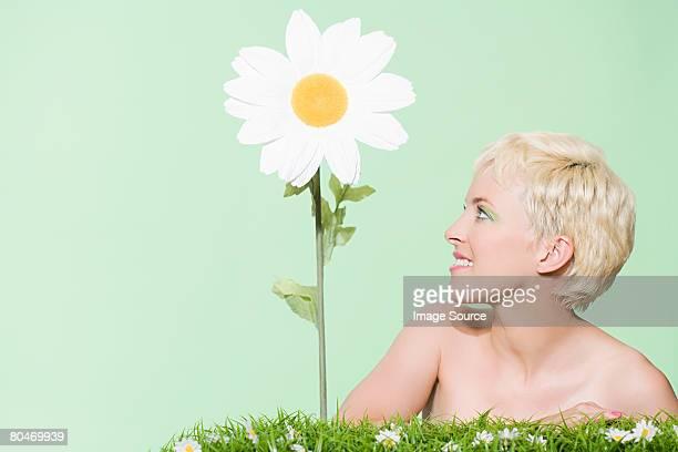 mujer mirando daisy - maya desnuda fotografías e imágenes de stock