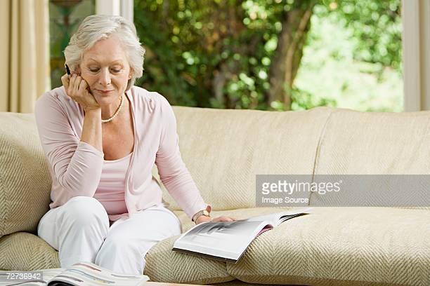 Femme regardant au mobilier de brochures