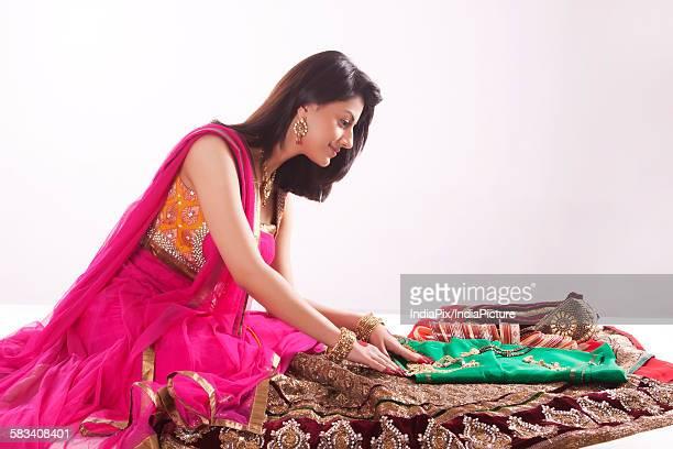 woman looking at jewelery and wedding attire - mangala sutra fotografías e imágenes de stock