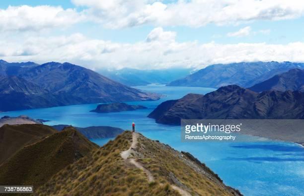 woman looking at lake wanaka, new zealand - lago wanaka - fotografias e filmes do acervo