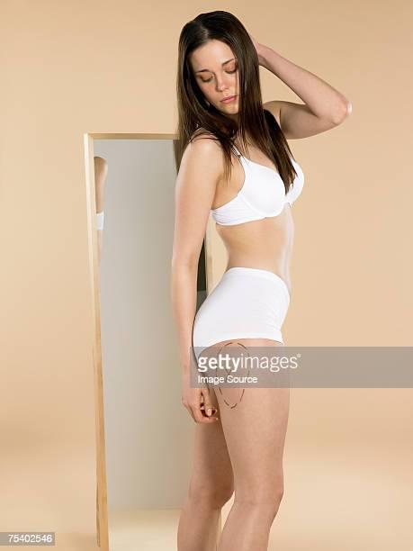 Donna guardando mark sulla Sua gamba
