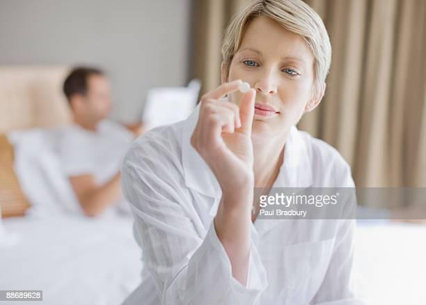 Frau blickt auf Tablette