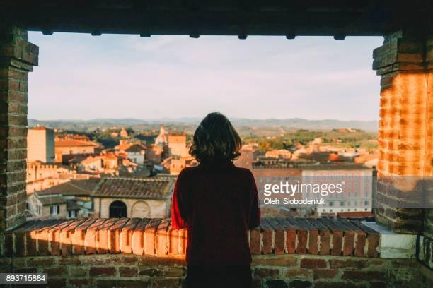 Frau, die malerische Aussicht auf Siena und Duomo di Siena aus Sicht