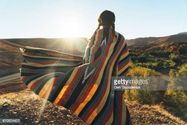 femme regardant la vue panoramique sur la vallée dans les montagnes - femme marocaine photos et images de collection
