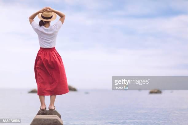 女性は海である - 静かな情景 ストックフォトと画像