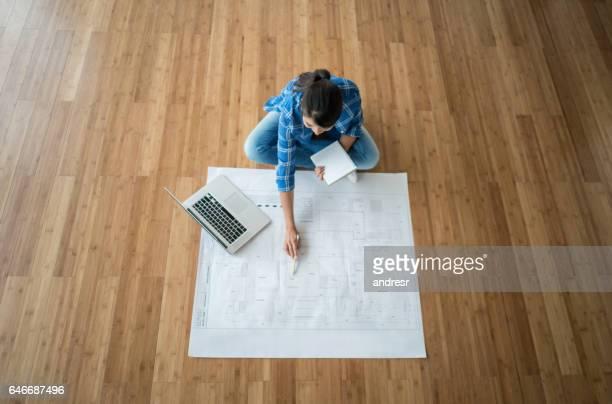 Mujer mirando los planos de su nueva casa