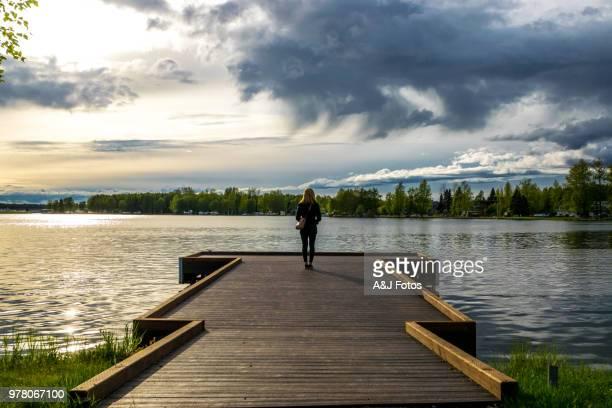 Femme regardant le lac