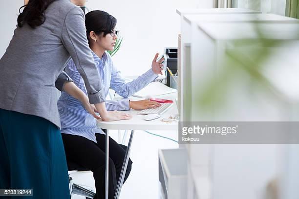 女性 を見ている、パーソナルコンピューターのほか、ボス付き