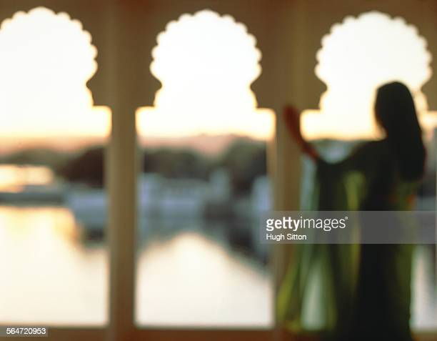 a woman looking at the pichola sea, india, rajashtan - hugh sitton stock pictures, royalty-free photos & images