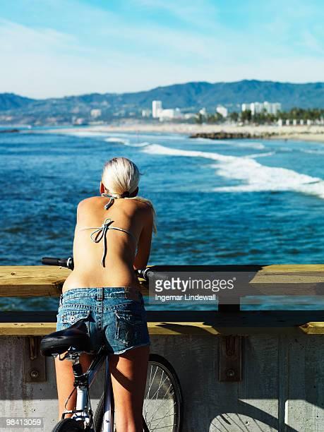 woman looking at the sea california usa. - femme blonde en maillot de bain vue de dos photos et images de collection