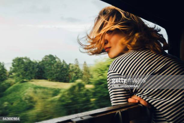 woman looking at the view from train - groene kleuren stockfoto's en -beelden