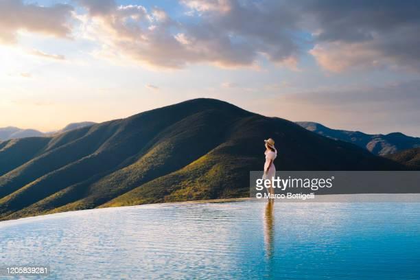 woman looking at view at hierve el agua, oaxaca, mexico - paisajes de mejico fotografías e imágenes de stock