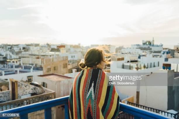 Vrouw kijken naar weergave van dak in Essaouria