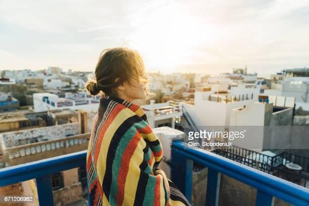 Frau betrachten vom Dach in Essaouira