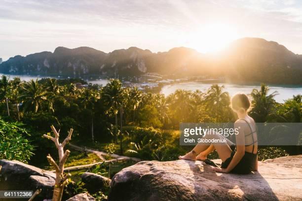 Frau bei Sonnenuntergang betrachten von Koh Phi Phi