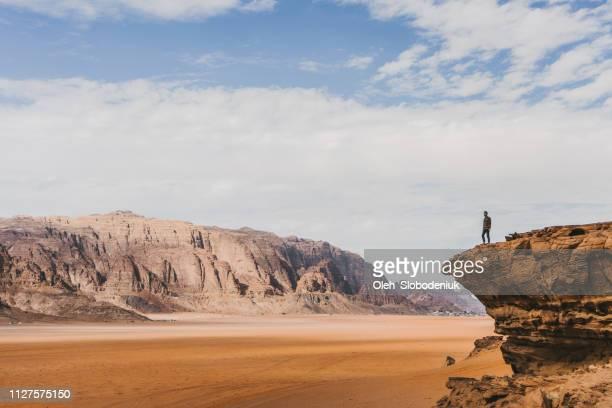 mujer busca en el desierto de wadi rum de la roca - paisajes de jordania fotografías e imágenes de stock