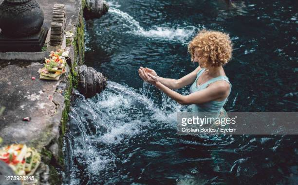 woman looking at water spring - bortes foto e immagini stock