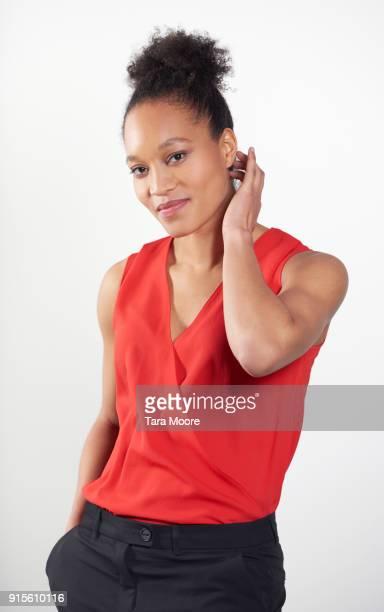 woman looking confident - vネック ストックフォトと画像