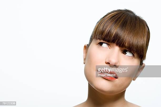 Femme regardant confus
