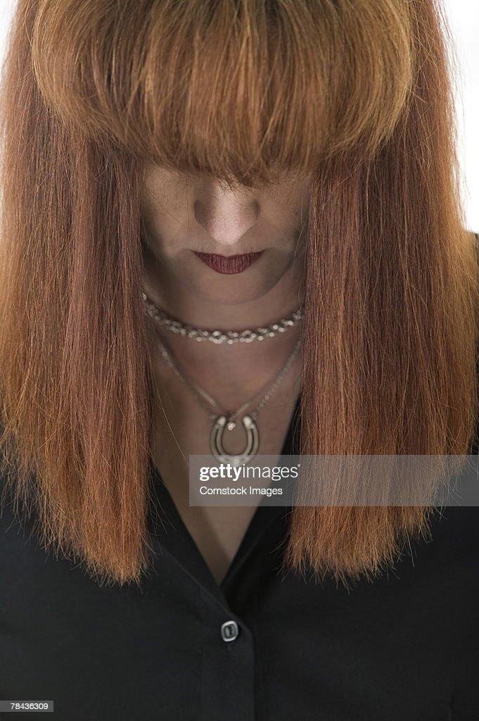 Woman looking down : Stockfoto