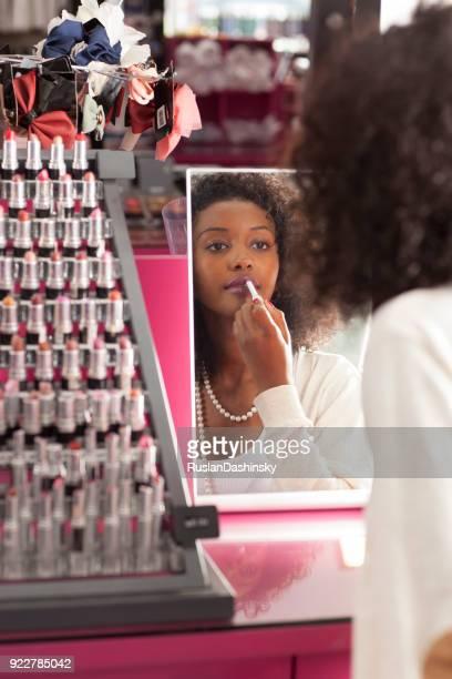 Frau auf der Suche nach einem perfekten Lippenstift.