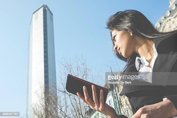 Donna cercando le indicazioni