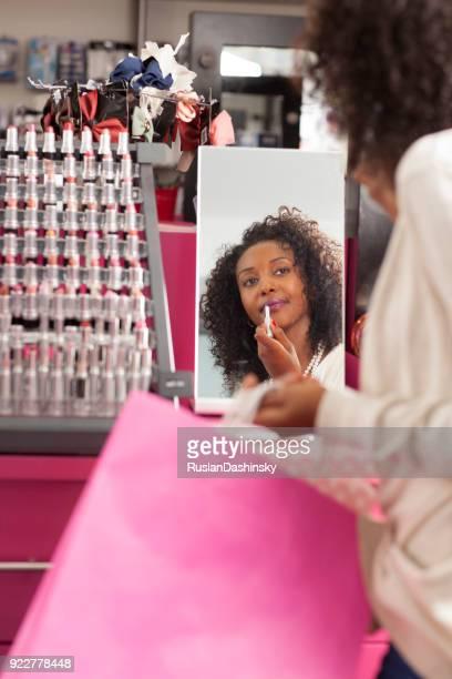 Frau auf der Suche nach der perfekten Lippenstift.