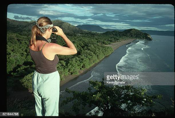 woman looking for turtles in santa rosa national park - parque nacional de santa rosa fotografías e imágenes de stock