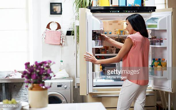 woman looking in the fridge - geladeira - fotografias e filmes do acervo