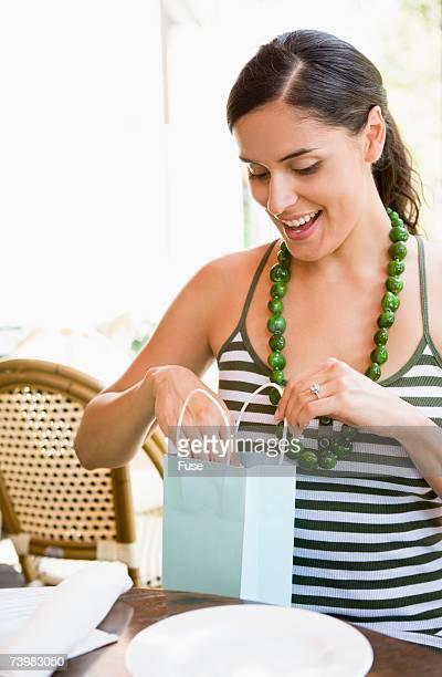 woman looking into bag - paardenstaart haar naar achteren stockfoto's en -beelden